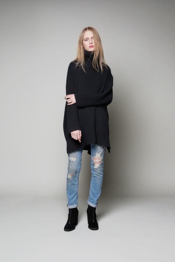pull-col-roule-femme-jeans-dechires-bottines-noir-coiffure
